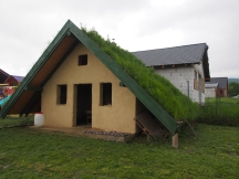 Lehmhaus im Community Garden