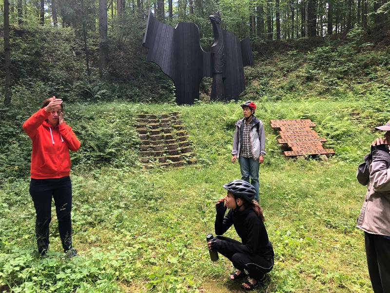 Mit Kasia Winiarska- der Initiatorin des virtuellen Museums zur Geschichte der Juden in Bialowieza unterwegs am Denkmal
