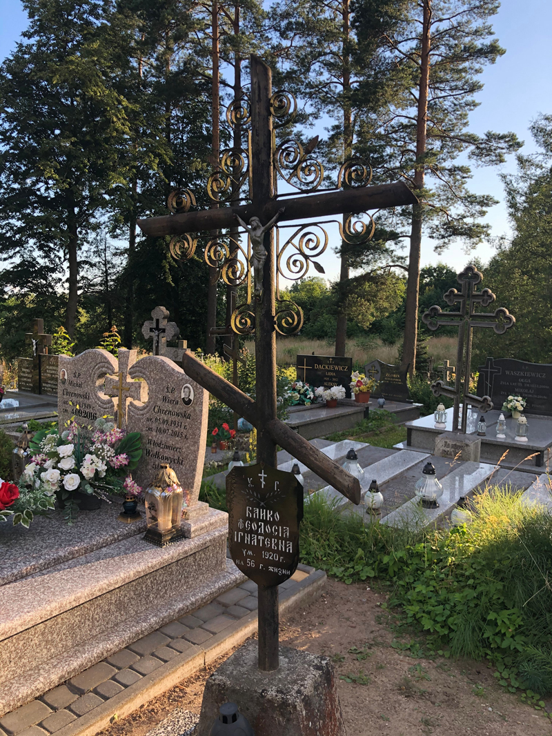 Orthodoxes Grab auf dem Friedhof in Bialowieza